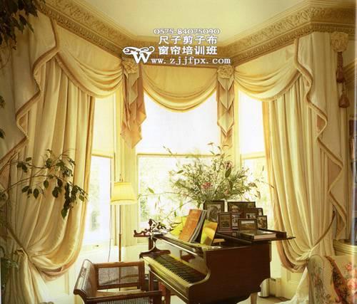 欧式风格的家居装修豪华气派,别墅、复式和大户型居多,这类户型的窗户都比较高大。面料考究,有锦缎质感和光泽的面料或高贵的丝绒面料都是不错的选择;颜色也应偏向 于跟家具一样的华丽沉稳,金色、棕褐、暗红等都可以考虑。